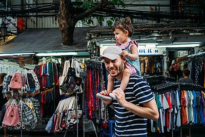 Thailand, Bangkok, portrait of smiling father and daughter on Khao San Road - p300m2029038 von Gemma Ferrando