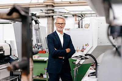 Portrait of a successful entrepreneur in his company - p300m2042407 by Kniel Synnatzschke