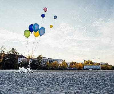 Bunte Luftballons auf einem Platz - p586m1091018 von Kniel Synnatzschke