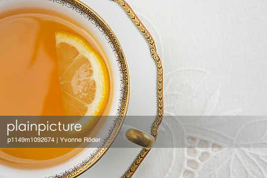 Tee mit Zitrone - p1149m1092674 von Yvonne Röder