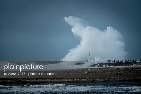 Impressive surf on the North Sea coast, Jutland - p179m2179771 by Roland Schneider