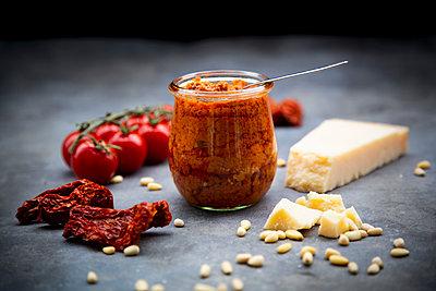 Glass of tomato pesto and ingredients - p300m2080877 von Larissa Veronesi