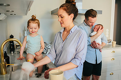 Family in kitchen - p312m1557160 by Anna Rostrom