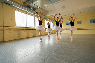 Girls dancing in ballet studio - p555m1491111 by Mark Edward Atkinson