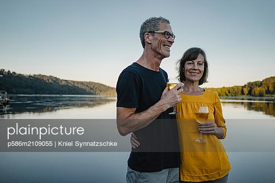 Mature couple drinking white whine at Lake Baldeneysee  - p586m2109055 by Kniel Synnatzschke