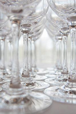 Trinkgläser auf einem Tisch - p1057m1526202 von Stephen Shepherd