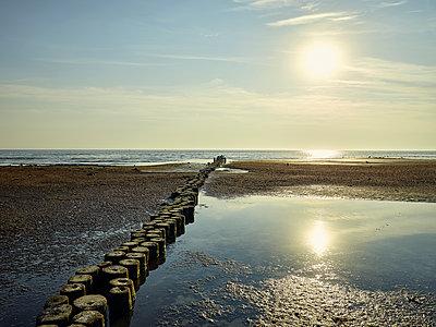 Sonnenaufgang am Strand mit Buhne - p1200m1131556 von Carsten Görling