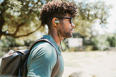 Young man with earphones in a park - p300m2160521 by Francesco Buttitta