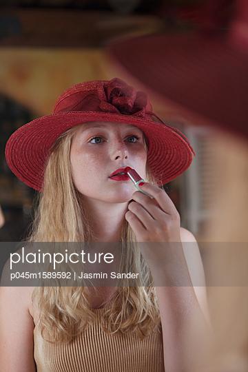 Junge Frau schminkt sich - p045m1589592 von Jasmin Sander