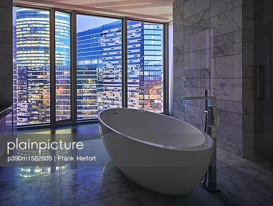 Badezimmer in einem Wolkenkratzer  - p390m1582805 von Frank Herfort