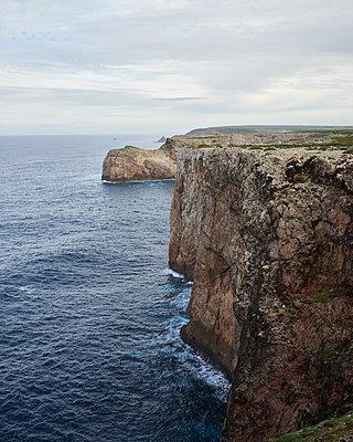 Steilküste in Portugal - p1124m1112508 von Willing-Holtz