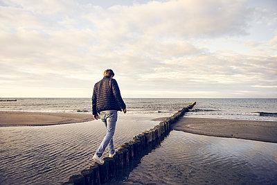 Mann am Meer - p1613m2245255 von pohlit