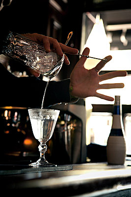 Barkeeper mixing a Cocktail - p567m667583 by Philippe Levy