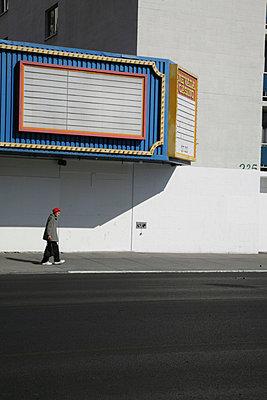 fussgaenger vor blau weisser casinofassade - p6270110 von bobsairport
