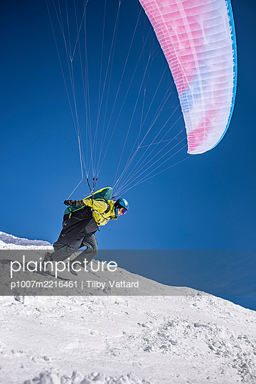 France, Paragliding in winter - p1007m2216461 by Tilby Vattard