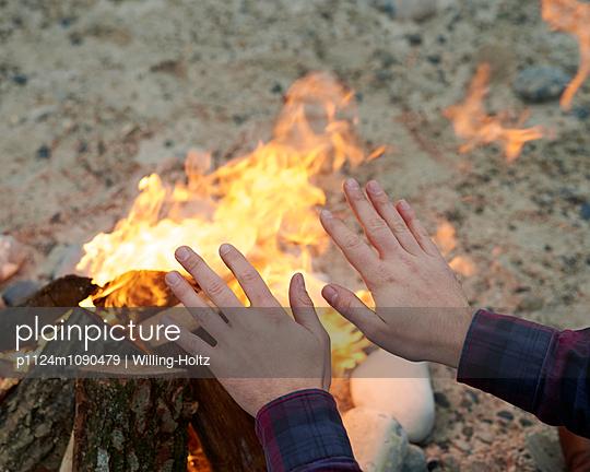 Hände wärmen am Lagerfeuer - p1124m1090479 von Willing-Holtz