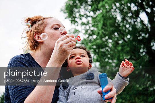 Family in the park. London, England. - p300m2287381 von Angel Santana Garcia