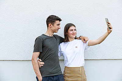 Young couple taking selfie - p294m2132930 by Paolo