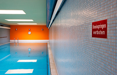 Empty indoor swimming pool with sign - p300m1114979f by Wolfgang Weinhäupl