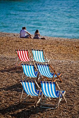 UK, England, Sussex, Brighton, Deckchairs on Brighton beach - p651m860984 by Jane Sweeney