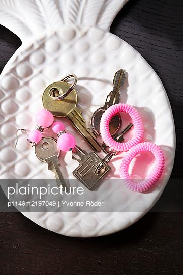 Keys on decorative plate - p1149m2197049 by Yvonne Röder