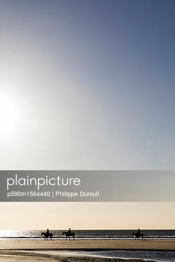 Ausritt am Strand von Tamarindo - p590m1564440 von Philippe Dureuil