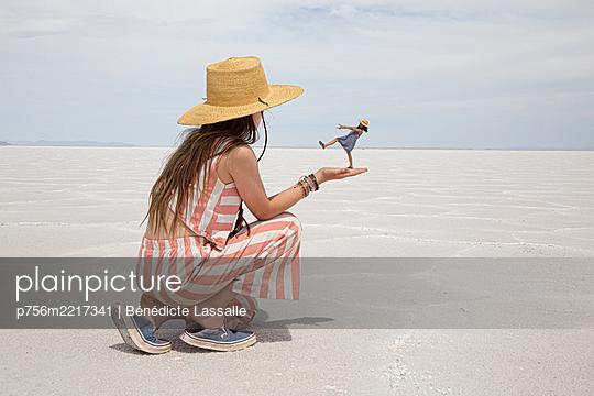 Mädchen mit Miniatur Schwester auf der Hand, Zauberei - p756m2217341 von Bénédicte Lassalle