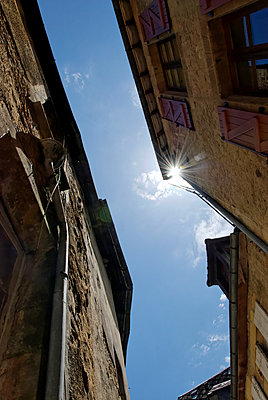 Sunbeams between house facades - p260m1161236 by Frank Dan Hofacker