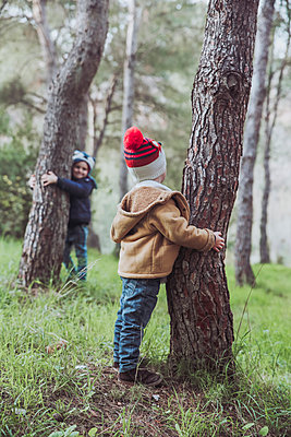 Two boys playing in forest - p300m1228647 by Retales Botijero