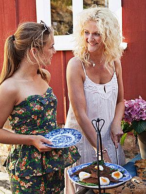 Women having outdoor lunch - p312m696020 by Matilda Lindeblad