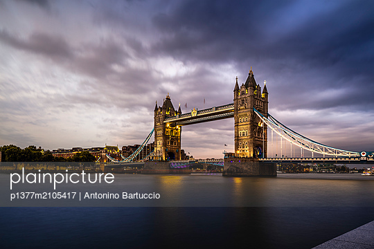 United Kingdom, England, London, Great Britain, Thames, City of London, Tower Bridge, Bridge at night - p1377m2105417 by Antonino Bartuccio