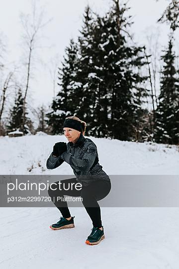 Woman exercising at winter - p312m2299720 by Plattform