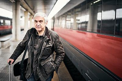 Mann Warten Bahnsteig - p1312m2020087 von Axel Killian