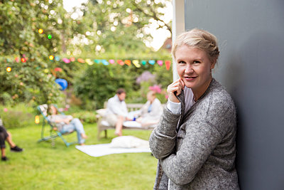 Porträt einer Frau im Garten - p788m1165274 von Lisa Krechting