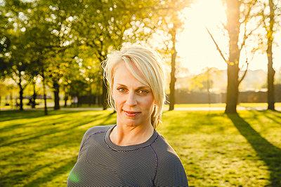 Sportliche Frau - p904m1031325 von Stefanie Päffgen