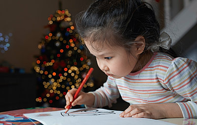 Little girl with sketch block at Chrismas time - p300m2023693 by Arman Zhenikeyev