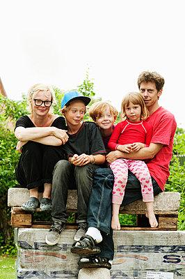 Family with three children sitting in park - p312m672801 by Elliot Elliot