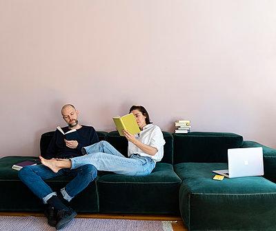 Paar verbringt zusammen Zeit auf dem Sofa - p432m2176102 von mia takahara