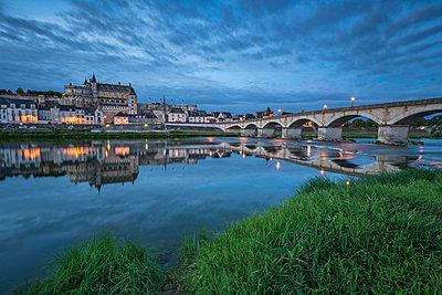 Castle and bridge at blue hour, Amboise, Indre-et-Loire, Loire Valley, Centre, France, Europe - p871m1448371 by francesco vaninetti