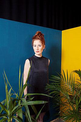 Frau hinter Pflanzen - p1429m1502911 von Eva-Marlene Etzel