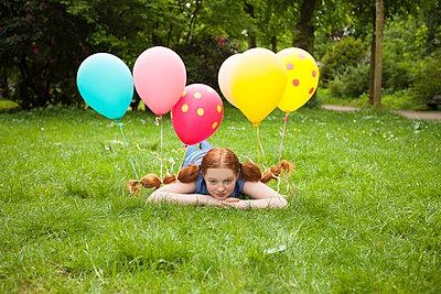 mit Luftballons im Haar relaxen - p045m1466977 von Jasmin Sander