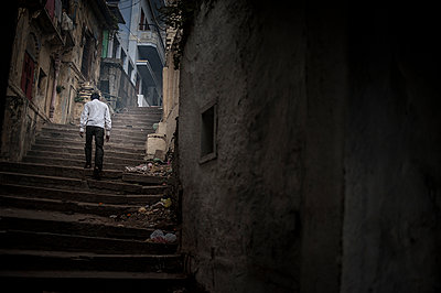 Man walking up steps in the street - p1007m1144305 by Tilby Vattard