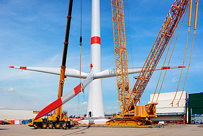 Aufbau eines Windrades im Hamburger Hafen - p1099m1526241 von Sabine Vielmo