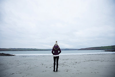 Woman standing on the beach - p1315m1443611 by Wavebreak