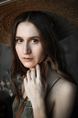 Brunette woman with hat, potrait - p1642m2216219 by V-fokuse