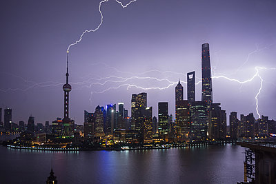 Elevated cityscape with lightning striking oriental pearl tower at night, Shanghai, China - p924m1513356 by ROBERTO PERI