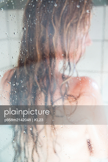 Woman under shower - p958m2142048 by KL23
