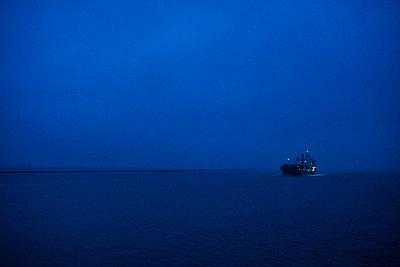 Schiff in der Dunkelheit - p1046m1138190 von Moritz Küstner
