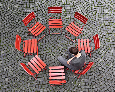 Sitting in a circle - p1078m831053 by Frauke Thielking