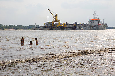 Children and big ship in the Elbe - p1231m2013514 by Iris Loonen